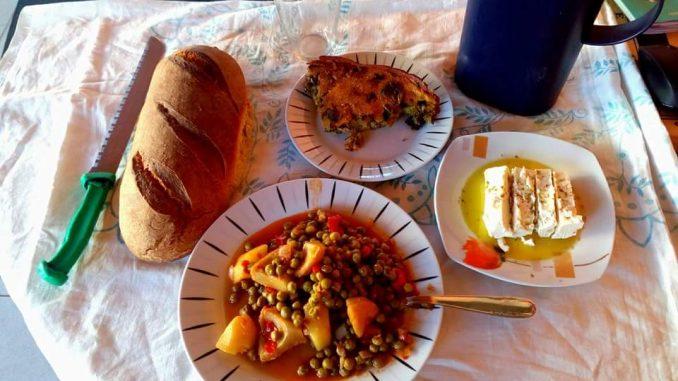 Αγκινάρες με αρακά - Artichokes with Peas