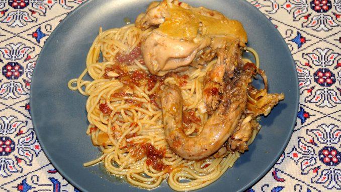 Πλατάρια κοτόπουλου κοκκινιστά με μακαρόνια - Pieces of Chicken Red with Spaghetti