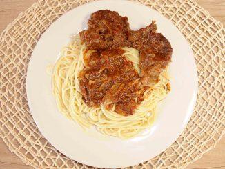 Μοσχαράκι με μακαρόνια - Beef with Spaghetti