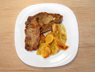 Μπριζόλες χοιρινές με πατάτες στο φούρνο - Pork steaks with potatoes in the oven Photo By Thanasis Bounas