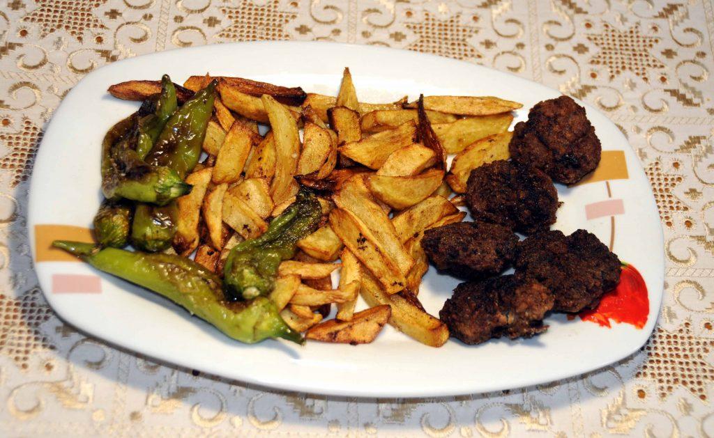 Κεφτέδες με πατάτες και πιπεριές τηγανιτές - Meatballs with Potatoes and Fried Peppers