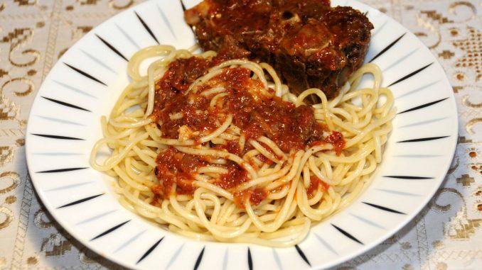 Προβατίνα (χοντρό) με μακαρόνια - Ewe (thick) with spaghetti