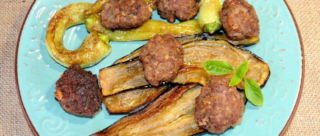 Κεφτέδες με πιπεριές και μελιτζάνες τηγανιτές