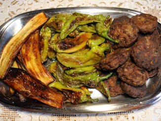 Κεφτέδες με πιπεριές και μελιτζάνες τηγανιτές - Meatballs with peppers and fried aubergines