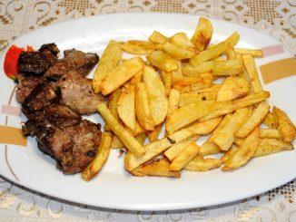 Συκωτάκια κότας με πατάτες τηγανητές - Chicken liver with fried potatoes