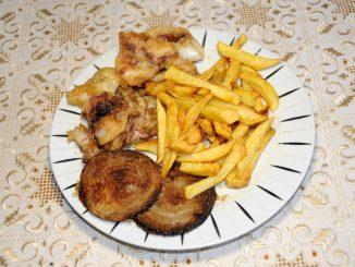 Καλαμαράκια τηγανητά με πατάτες τηγανητές και κρεμμύδια τηγανητά - Squids fried with fried potatoes and fried onions
