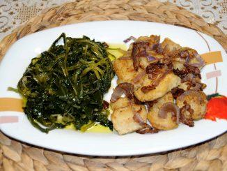 Άγρια χόρτα με μπακαλιάρο τηγανητό και σωταρισμένα κρεμμύδια από πάνω - Wild greens with fried cod and sautéed onions