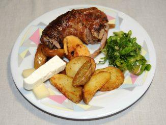 Γαλοπούλα στη λαδόκολλα με μήλο και γραβιέρα μαζί με Πατάτες τηγανητές αλλιώς - Turkey in Greaves with Apple and Gruyere with Potatoes Fried Otherwise