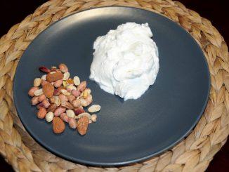 Δεκατιανό με ένα γιαούρτι και μια χούφτα ξηρούς καρπούς - Brunch with a yogurt and a handful of nuts