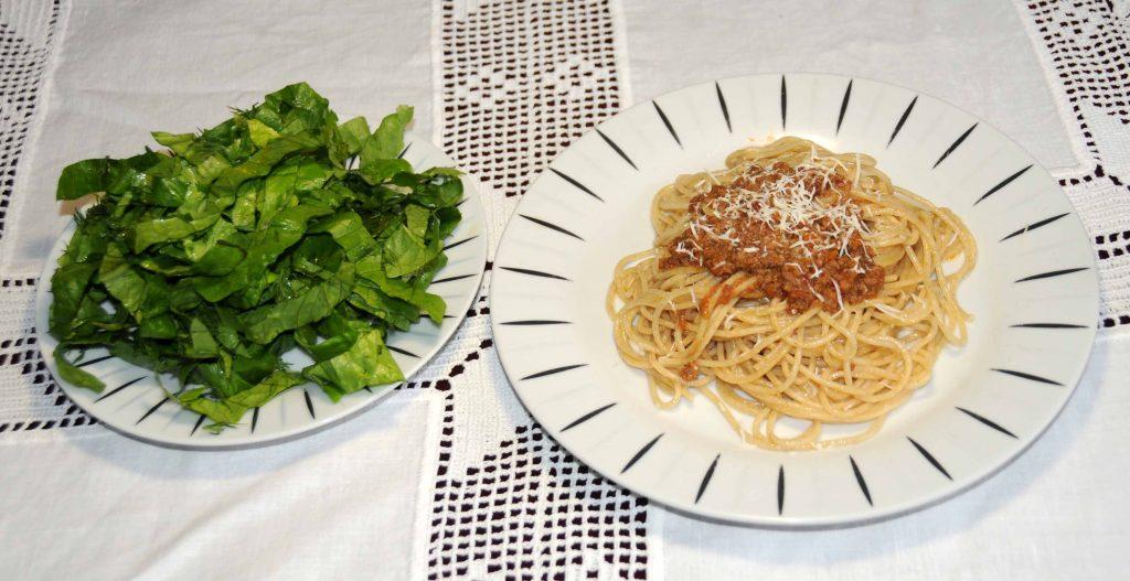 Ζυμαρικά ολικής αλέσεως με κιμά και σαλάτα - Whole Wheat Pasta with Minced Meat and Salad