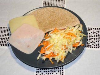 Μια αραβική πίτα ολικής αλέσεως με μια φέτα γαλοπούλα και μία φέτα τυρί με χαμηλά λιπαρά. - An Arabic whole wheat pie with a slice of turkey and a slice of low fat cheese.