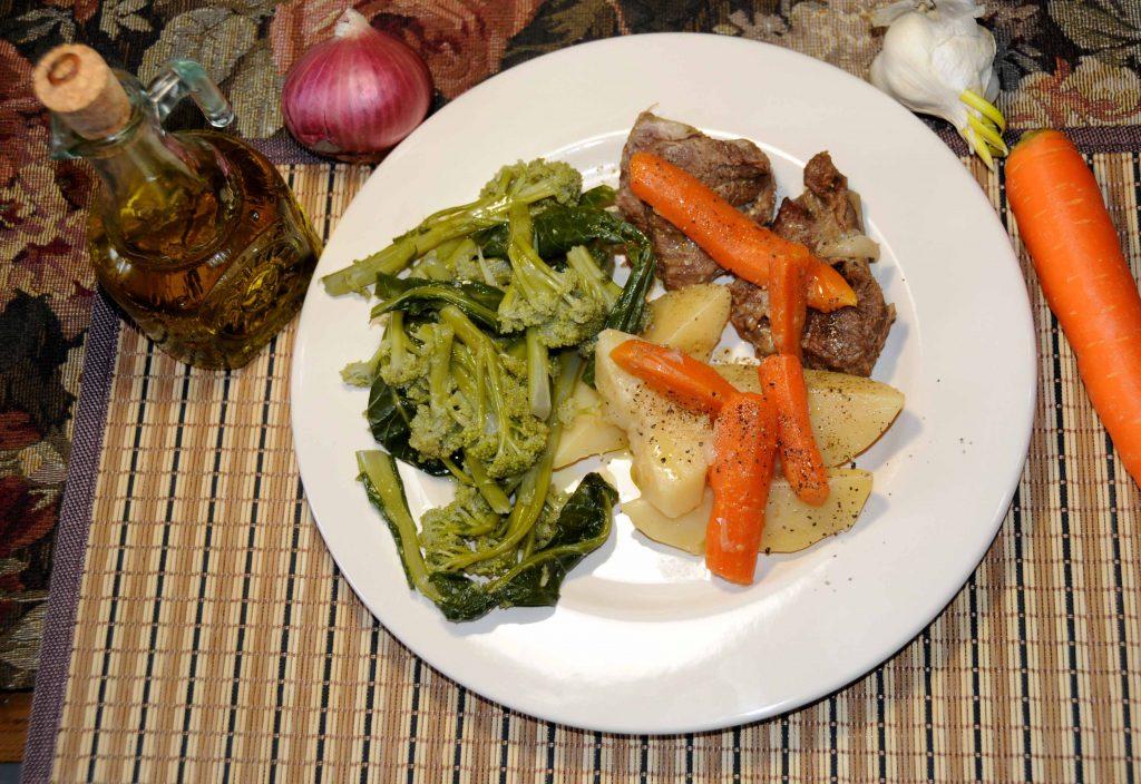 Μοσχάρι λεμονάτο με σαλάτα - Veal lemon with salad