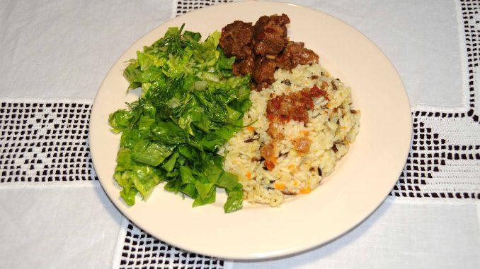 Μοσχάρι με καστανό ρύζι και σαλάτα - Beef with brown rice and salad