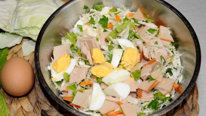 Σαλάτα με λάχανο, καρότο, αυγό και φέτες γαλοπούλα - Salad with Cabbage Carrot Egg and Sliced Turkey