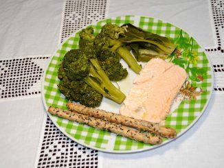 Σαλάτα με μπρόκολο και σολομό - Salad with broccoli and salmon