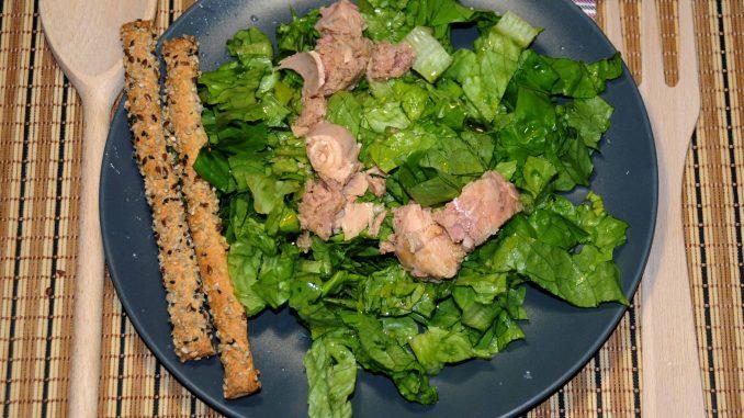 Σαλάτα με τόνο και δυο κριτσίνια - Salad with tuna and two breadsticks