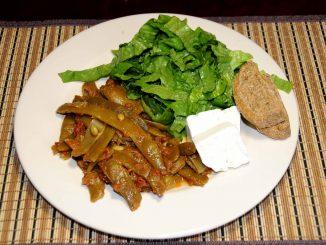 Φασολάκια με φέτα και σαλάτα μαρούλι - Green beans with cheese and lettuce salad
