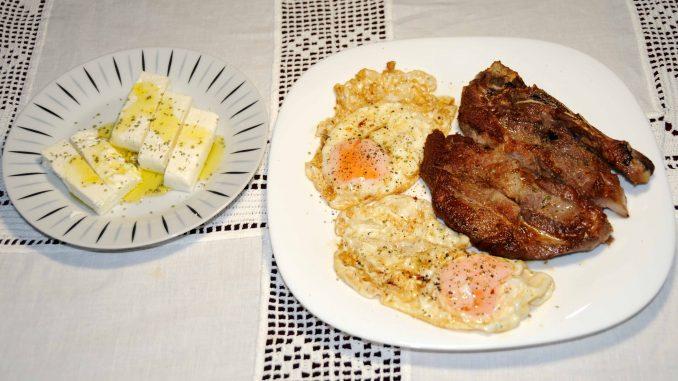 Χοιρινή μπριζόλα ψητή με αυγά μάτια - Grilled Pork Steak with Fried Eggs