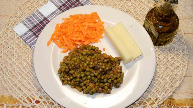 Αρακά με σαλάτα καρότο και τυρί χαμηλών λιπαρών - Peas with carrot salad and low fat cheese