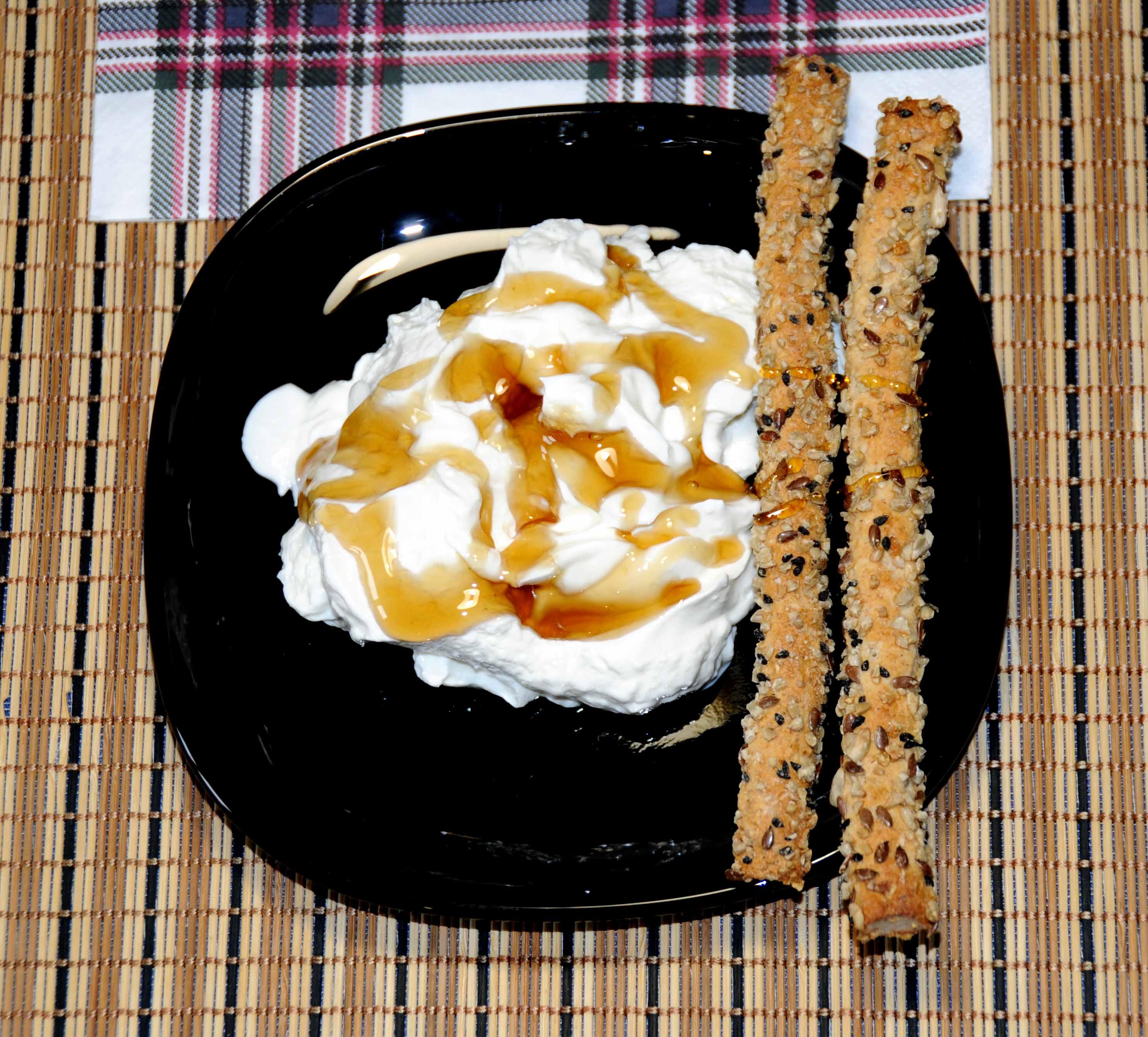 Γιαούρτι με μέλι και κριτσίνια ολικής - Yoghurt with honey and breadsticks