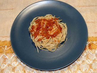 Μακαρόνια ολικής αλέσεως με σάλτσα ντομάτας - Whole wheat macaroni with tomato sauce