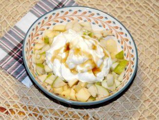 Φρουτοσαλάτα και 1 γιαούρτι 2% με 1 κουταλάκι του γλυκού μέλι - Fruit Salad and 1 yogurt 2% with 1 teaspoon of honey
