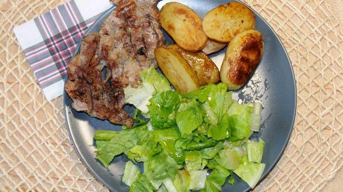 Χοιρινό με πατάτες και σαλάτα - Pork with potatoes and salad
