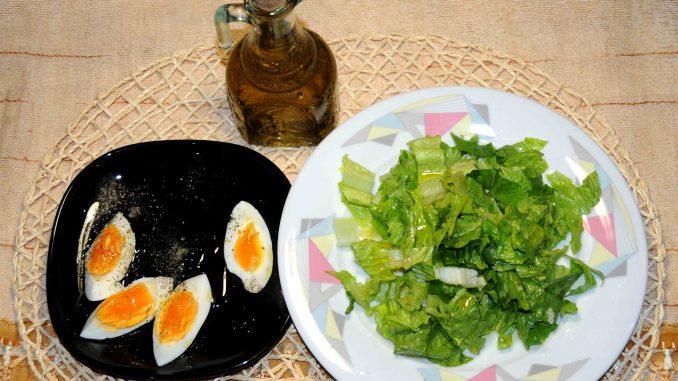 1 σαλάτα μαρούλι με μια κουταλιά της σούπας λάδι και 1 αυγό βραστό - 1 lettuce salad with one tablespoon of oil and 1 boiled egg