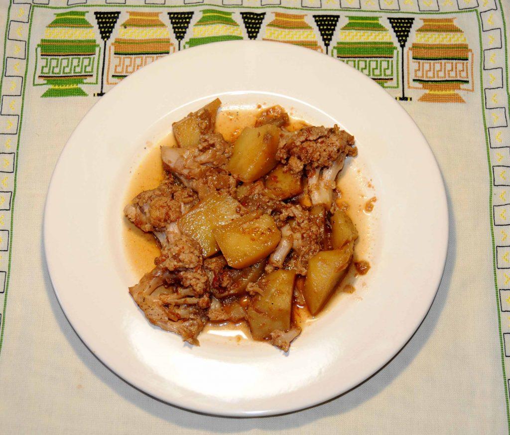 Κουνουπίδι καπαμά - Cauliflower with potatoes and tomato sauce