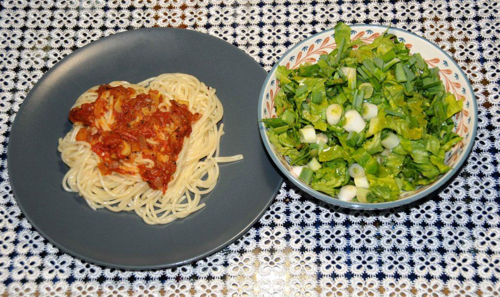 Μακαρόνια με σάλτσα ντομάτας και σαλάτα - Macaroni with tomato sauce and salad
