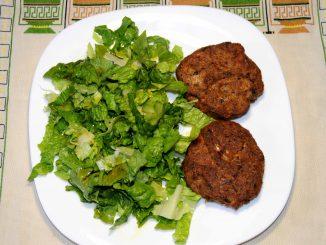 Μπιφτέκια ψητά με σαλάτα μαρούλι - Baked burgers with lettuce salad