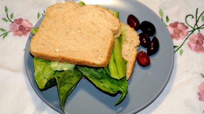 Τόστ λαχανικών με μαρούλι, αγγούρι και 5 ελιές - Vegetable toast with lettuce, cucumber and 5 olives