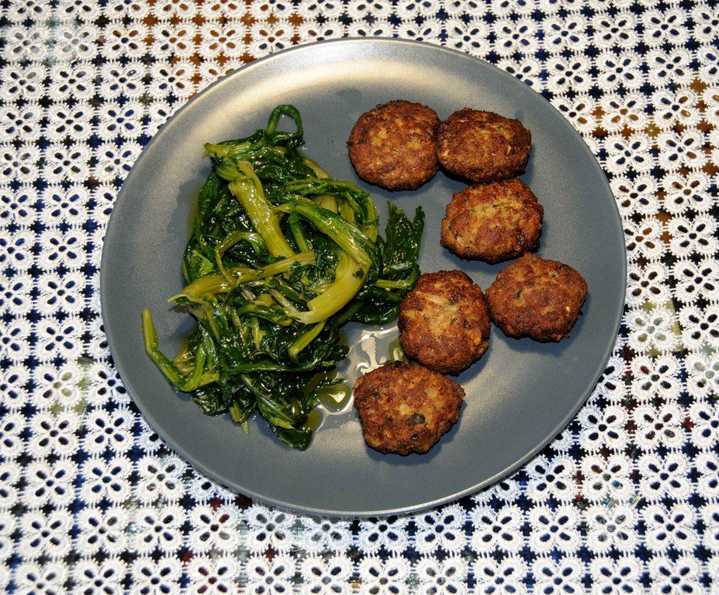 Κεφτεδάκια τηγανητά με χόρτα βραστά - Meatballs fried with boiled greens
