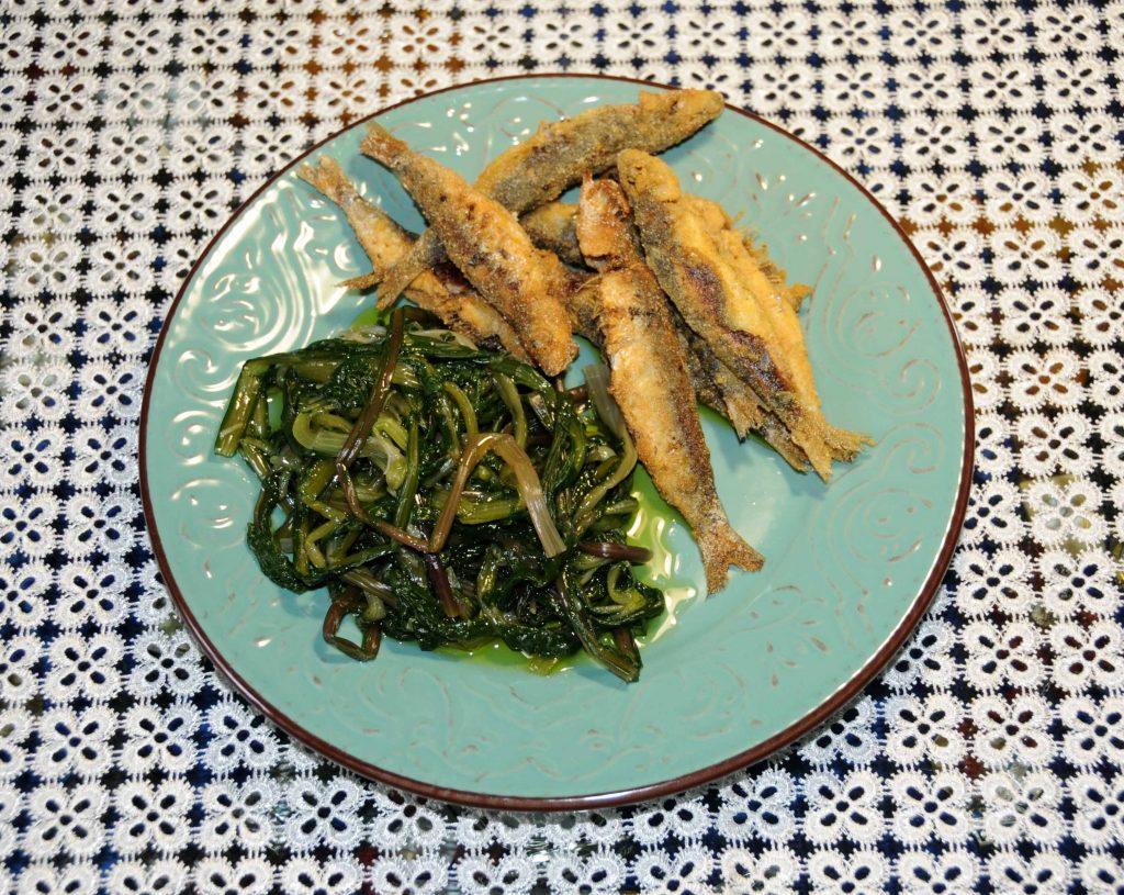 Ραδίκα Ιταλικα με τιγανιτές Σαρδέλες - Dandelion Greens with fried Sardines