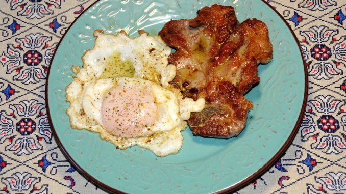 Χοιρινή μπριζόλα με αυγό χήνας - Pork steak with goose egg