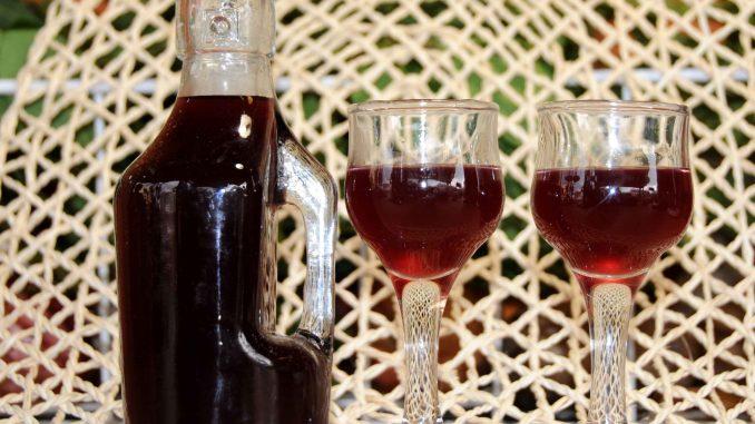 Λικέρ με μαύρα μούρα - Liqueur with Black Berries