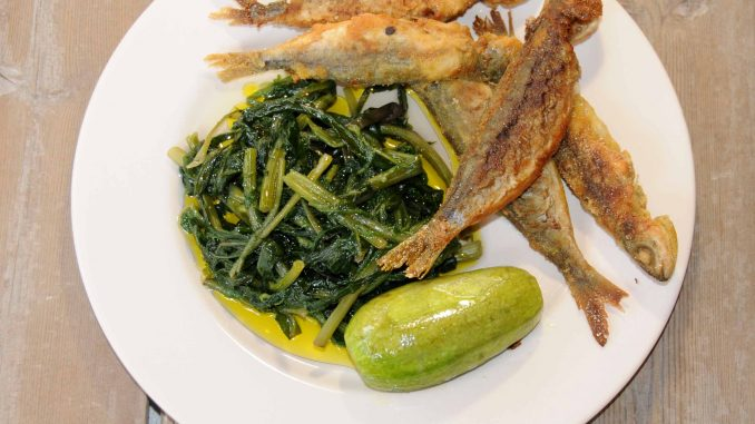 Ραδίκια με γόπες τηγανιτές - Dandelion Greens with Boops boops fried