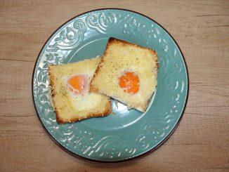 Αυγά μάτια με τυρί σε φέτες ψωμιού του τοστ στο φούρνο - cheese Egg with slices of bread toast in the oven