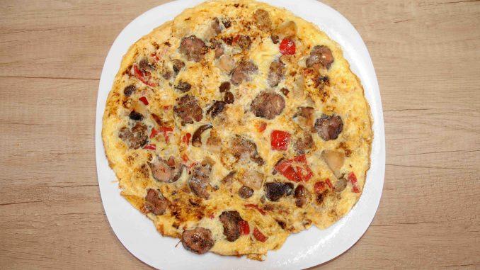 Ομελέτα με μανιτάρια, πιπεριά κόκκινη και χωριάτικο λουκάνικο - Omelette with mushrooms, red pepper and sausage