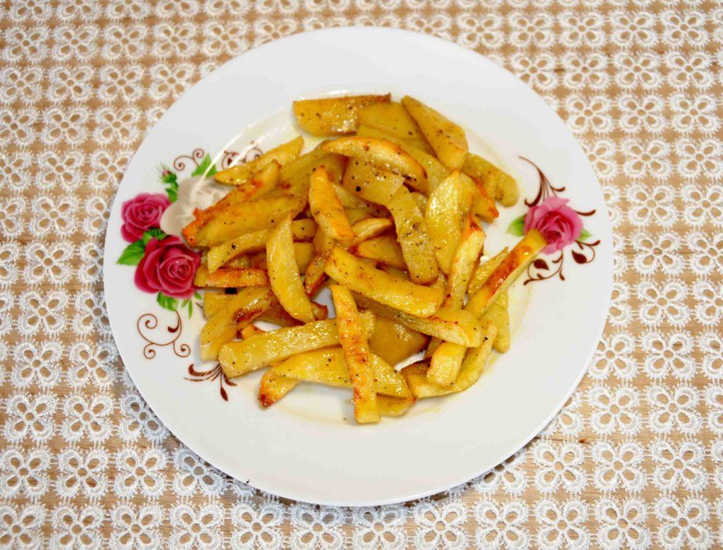 Πατάτες σαν τηγανιτές στο φούρνο - French fries in the oven