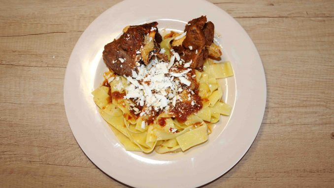 Προβατίνα (χοντρό) με παπαρδέλες - Lamb spaghetti
