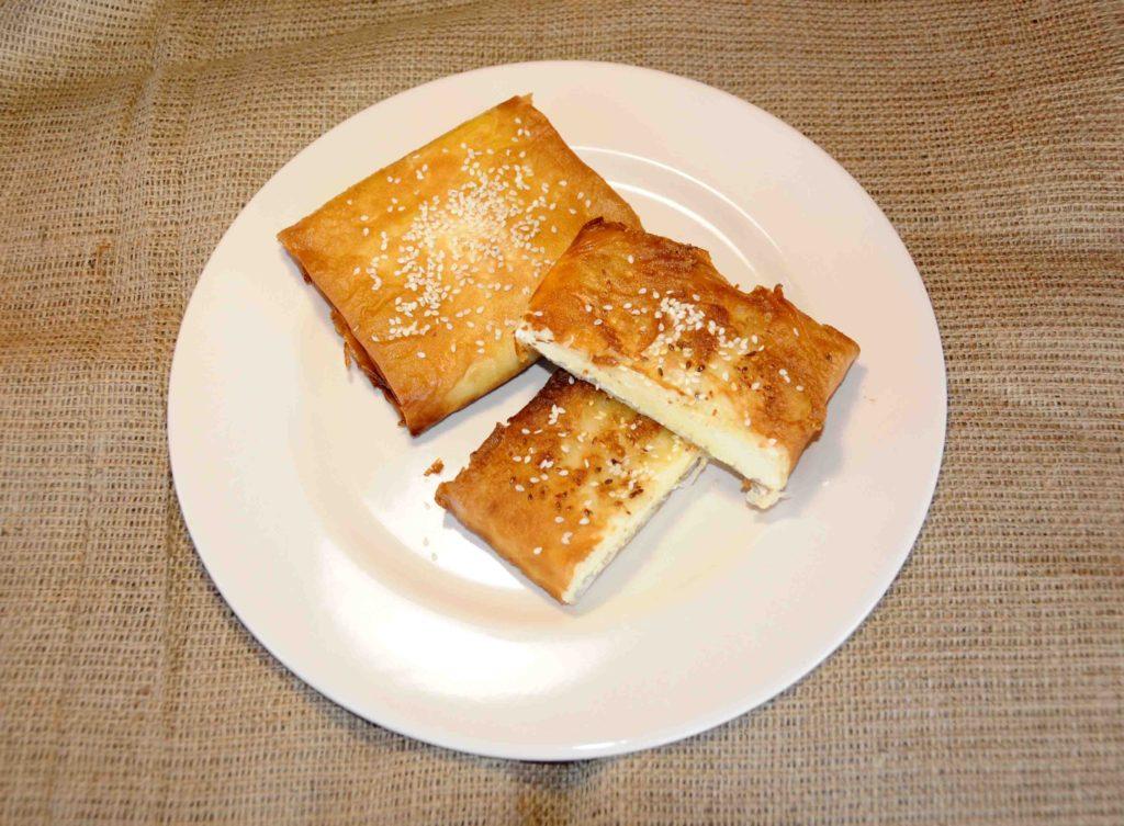 Τυρί σαγανάκι τυλιγμένο με φύλλο κρούστας - Fried cheese wrapped in crust