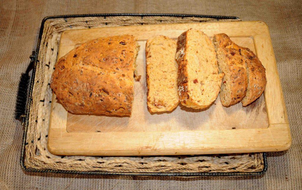 Ψωμί με λιαστή ντομάτα, τυρί και ρίγανη - Bread with sun-dried tomatoes, cheese and oregano