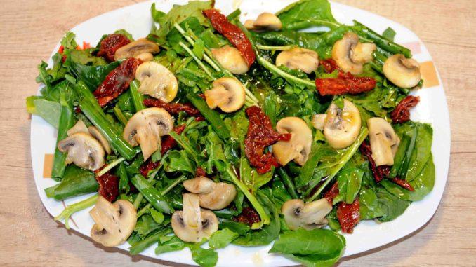 Σαλάτα με μανιτάρια και λιαστή ντομάτα - Salad with mushrooms and sun-dried tomatoes