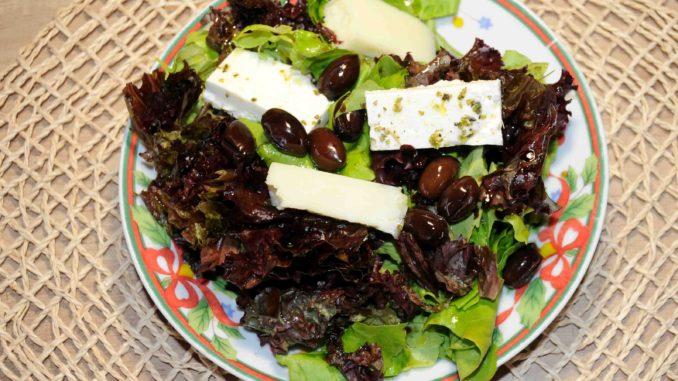 Σαλάτα με μαρούλι ελιές τυριά - Cheese salad with olive lettuce