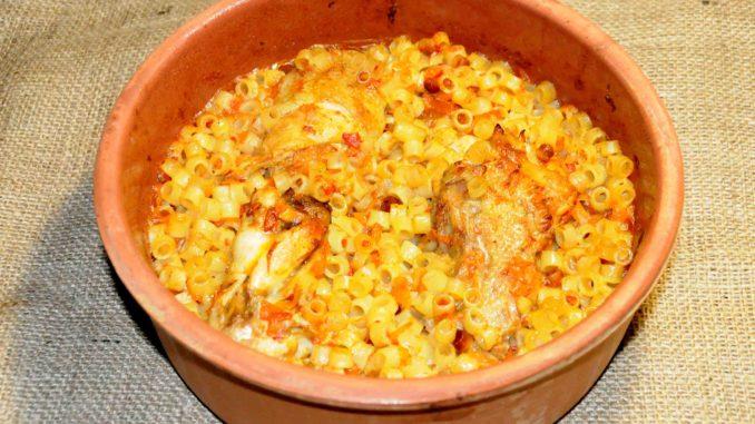 Κοτόπουλο με μακαρονάκι κοφτό σε πίλινο στον φούρνο - Chicken with pasta cooked in a clay oven