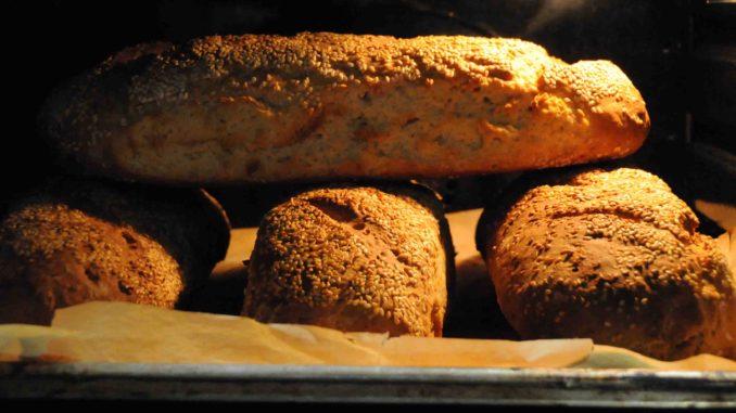 ψώμι στο φούρνο - bread in the oven