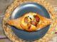 Πεινιρλί με φέτα, τυρί που λιώνει, ελιές, και λουκάνικα