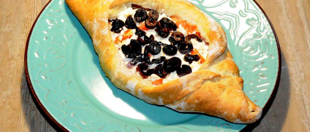 Πεϊνιρλί με φρέσκια ντομάτα, φέτα, και ελιές