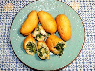 Πιροσκί με πατάτες σπανάκι και φέτα - Piroshki with spinach potatoes and feta cheese